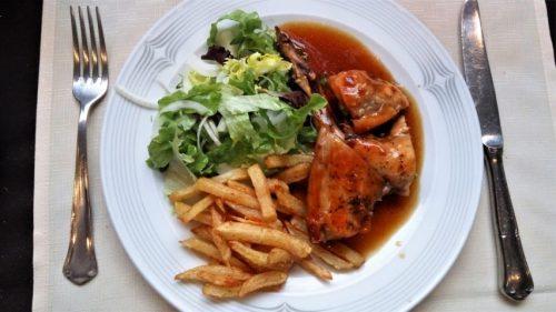 Conejo, plato del menú del día de El Rincón de Carlos (foto: Cuchillo)