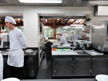 Cocineros y stagiers en la cocina de Martín Berasategui (foto: Cuchillo)