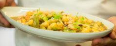 Salteado de alcachofas con garbanzos 0,0 y suquet de marisco, por César Anca (Recetas para una cuarentena #24)
