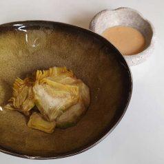 Alcachofa al minuto con romesco de cacahuete, por Mikel Población (Recetas para una cuarentena #2)