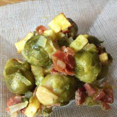 Coles de Bruselas con salteado de jamón y patata, por Zuriñe García (Recetas para una cuarentena #66)