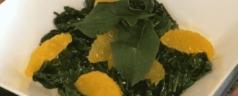 Espinacas salteadas con naranja y sésamo, por Elena Arzak (Recetas para una cuarentena #77)