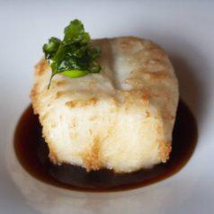 Merluza frita, perejil y caldo de pimiento asado, por Eneko Atxa (Recetas para una cuarentena #63)