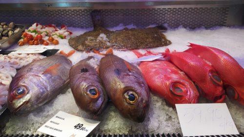 Iker Sáez de Ibarra ha trasladado a Bizkaia el exitoso modelo de su marisquería familiar. Escoges el producto en un expositor, a modo de pescadería, y lo disfrutas con buena RCP y vistas al mar.
