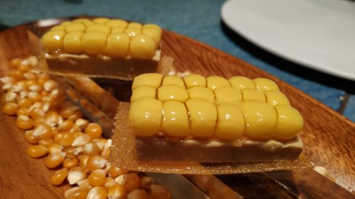Tatin multiesférica de maíz y foie, en Disfrutar (foto: Cuchillo)