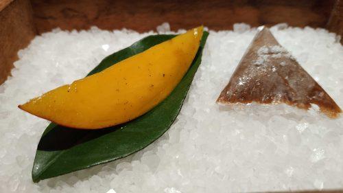 Candy salado de nueces con mango, haba tonka y whisky, en Disfrutar (foto: Cuchillo)