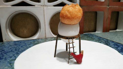 Yema de huevo crujiente con gelatina caliente de setas, en Disfrutar (foto: Cuchillo)