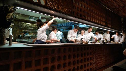 Oriol Castro, a la derecha del todo, dirige la cocina vista de Disfrutar (foto: Cuchillo)