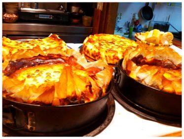 Tartas de queso amontonadas en la barra de La Viña.