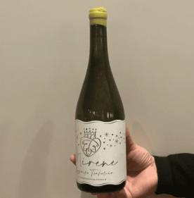 La botella de Mirene y la mano de Iñaki Suárez.