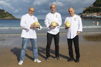 Jordi Vilà, Aitor Arregi y Paco Pérez posan en la playa de La Concha.