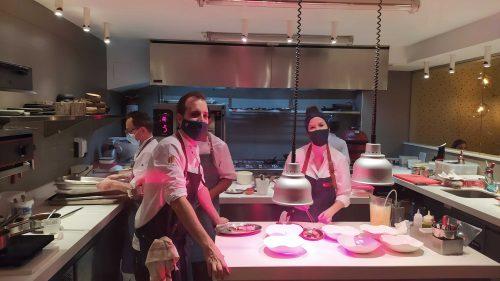 Iñaki y Caro, durante el servicio, en la cocina de Ikaro (foto: Cuchillo)